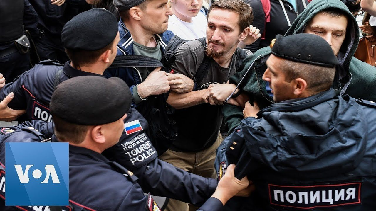 Police Detain Opposition Figures at Moscow Protest