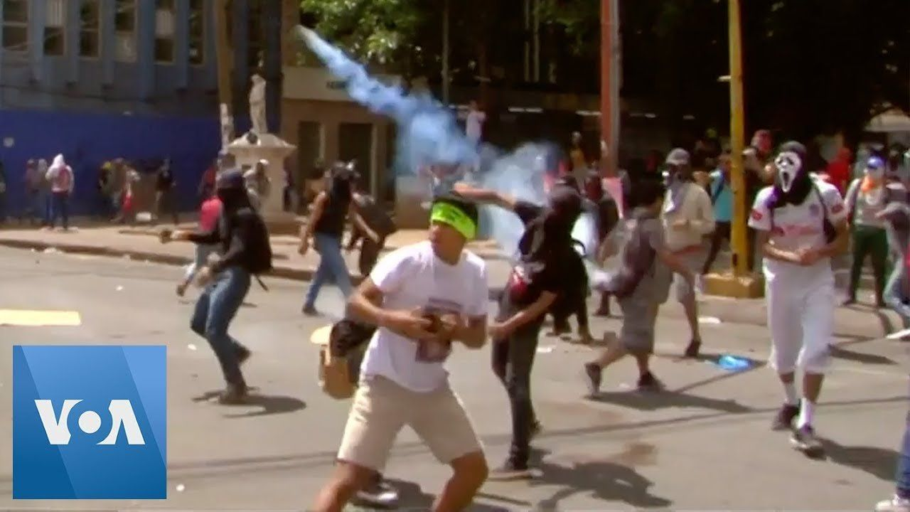 Rocks, Tear Gas Exchanged as Honduran Protesters Face Off With Riot Police