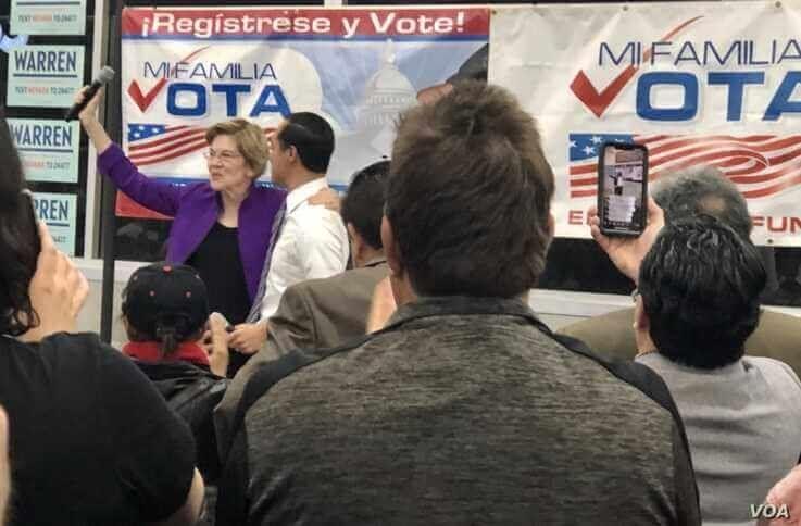 Former Secretary of Housing and Urban Development Julián Castro introduces Massachusetts Senator Elizabeth Warren to a standing ovation at Cardenas Market in East Las Vegas. (Carolyn Presutti/VOA)
