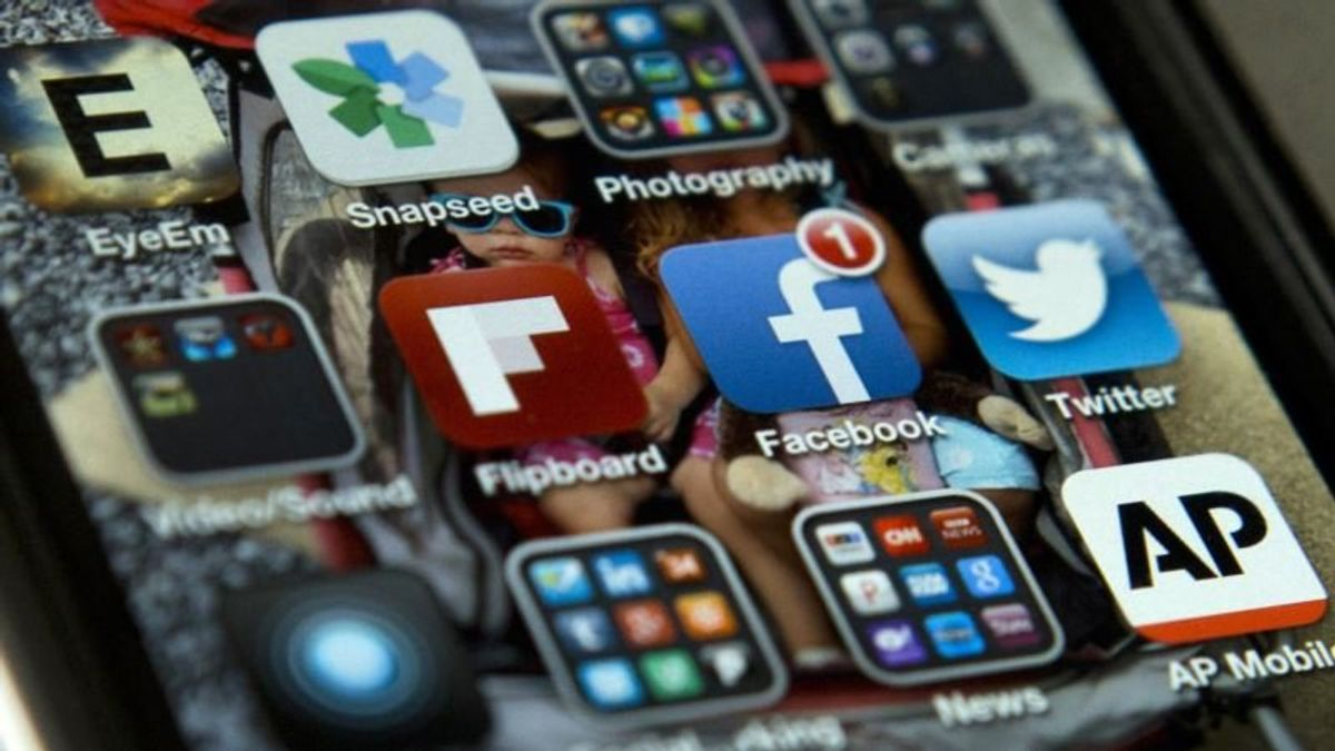 Facebook, Twitter Remove Accounts Linked to Iran, Russia