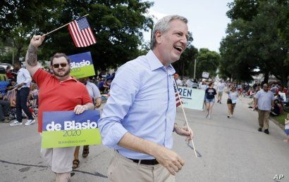 Democratic presidential candidate New York Mayor Bill DeBlasio walks in the Independence Fourth of July parade, Thursday, July 4, 2019, in Independence, Iowa.