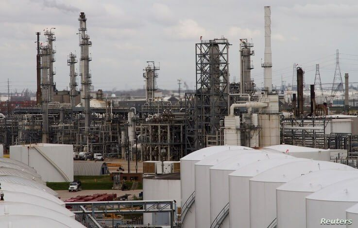 FILE PHOTO: An oil refinery and storage facility is pictured south of downtown Houston January 30, 2012. REUTERS/Richard Carson…
